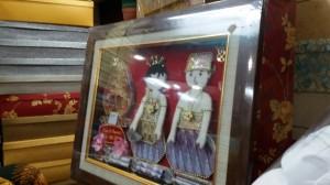 Contoh hias mahar berupa uang di bentuk frame.