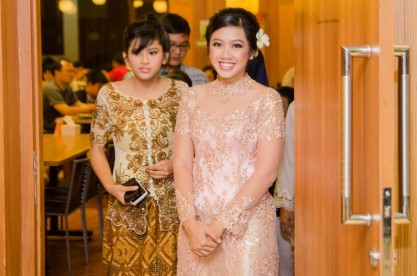 Kebaya pink-gold yang super cantik. Pardon my photobomb sister :p
