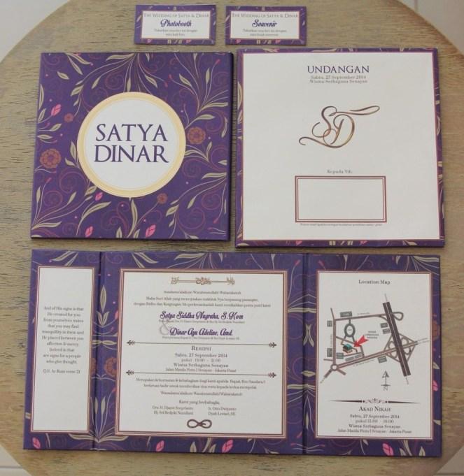 All in - Model buka buku, kertas Jasmine Cream muda, emboss di tulisan Satya Dinar dan Poli gold di lingkaran, serta emboss di inisial SD
