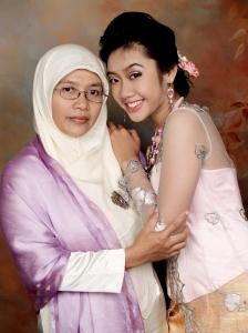saya dan mama pas graduation sma tahun 2007. Good old days!!