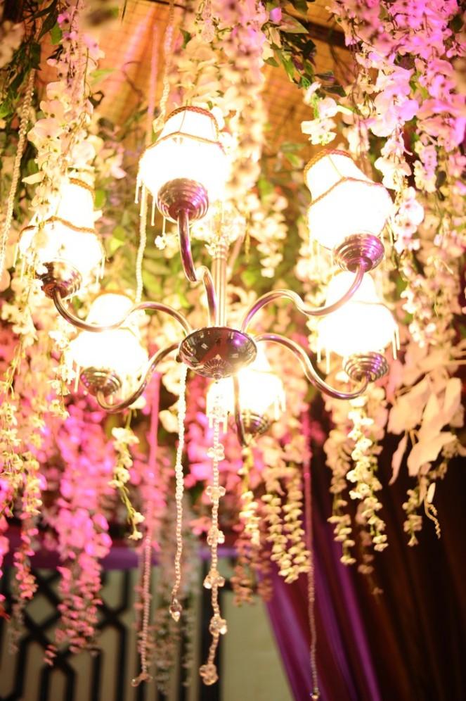 Pergola dengan kombinasi lampu kristal, dan sedikit bunga juntai, mewah bangeeet