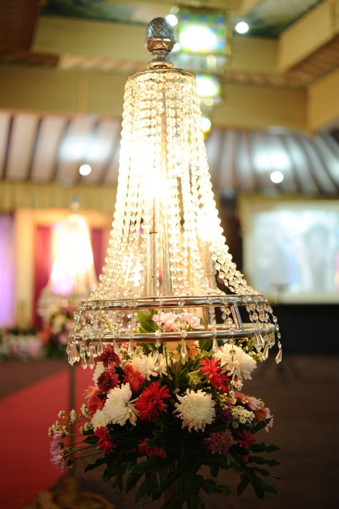 Standing Flower kristal, yang belom pernah dipake di nikahan pada umumnya. We fell in love with it at the first sight. :')