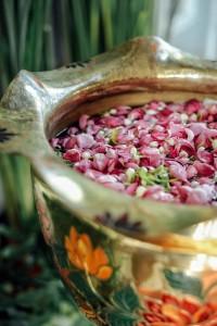 Bunga dan air siraman, tidak perlu dari tujuh sumber seperti siraman nikahan